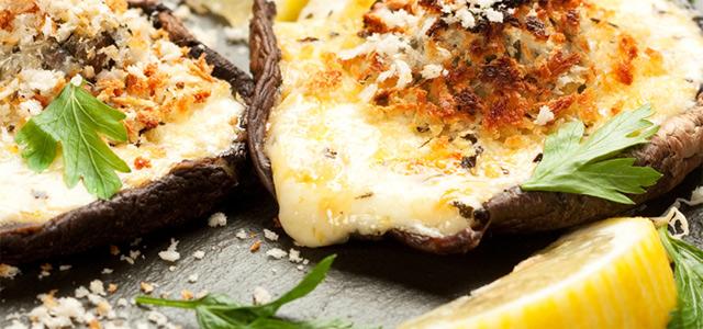 Grillede svampe med krydderolie og ost