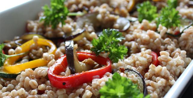 Middelhavssalat med perlespelt og grillede grønsager