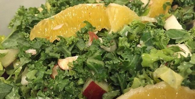 Grønkålssalat med appelsin og nødder