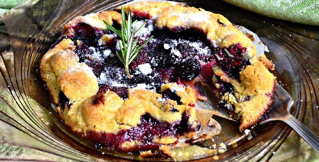 Grillet frugttærte med mascarponeost, honning og rosmarin