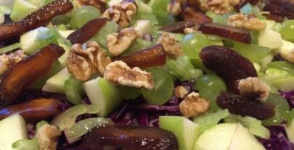 Salat med rødkål, nødder og frugter
