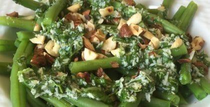 Bønnesalat med urter og nødder