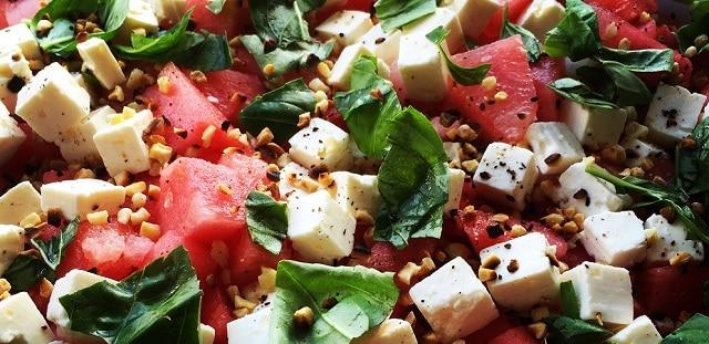 Vandmelon med ristede mandler, feta og urter
