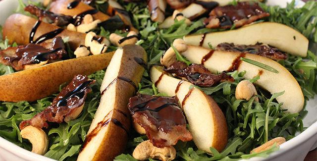 Salat med pærer, nødder og choko-bacon