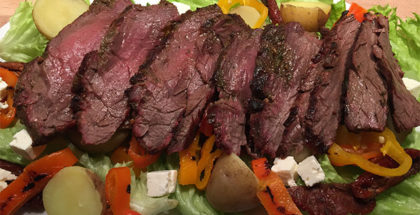 Grillet flankesteak i salat