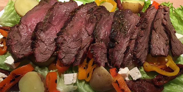 Flankesteak salat med grillet peberfrugt og kartofler