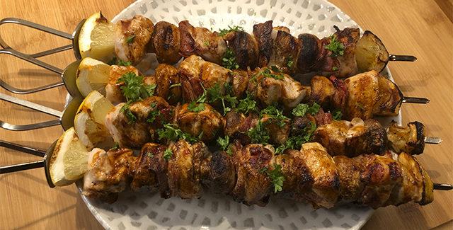 Kylling på grill-spyd med bacon og champignon