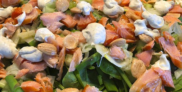 Salat med varmrøget laks, mandler og spinat