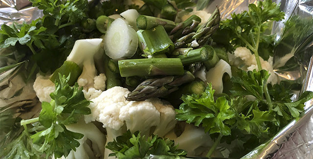 Blomkålsposer med asparges, forårsløg, persille og smør