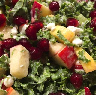 Grønkålssalat med æble, tyttebær og granatæble