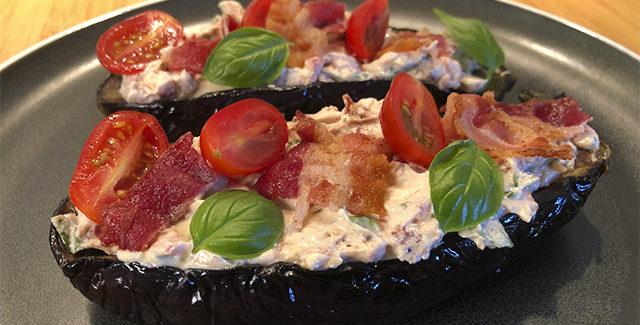 Grillet aubergine med friskost, bacon og urter