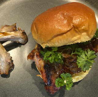 Spareribs-burger med bløde løg