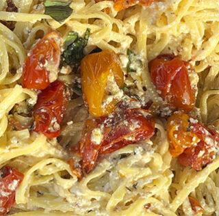 Pasta i grill, med feta, tomater og urter